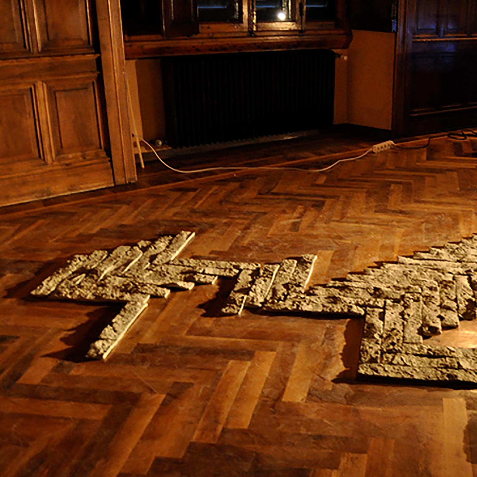 00-caterina-sbrana-a-private-geography-pavimento-in-terra-cruda-installazione-syracuse-university-firenze-2012